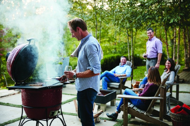 Kamado-Joe-Lifestyle---Friends-at-Grill